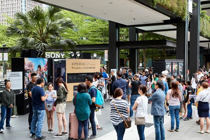 高溫不減民眾與Sony Mobile代言人周杰倫互動的心,現場出現大量體驗人潮(2).jpg