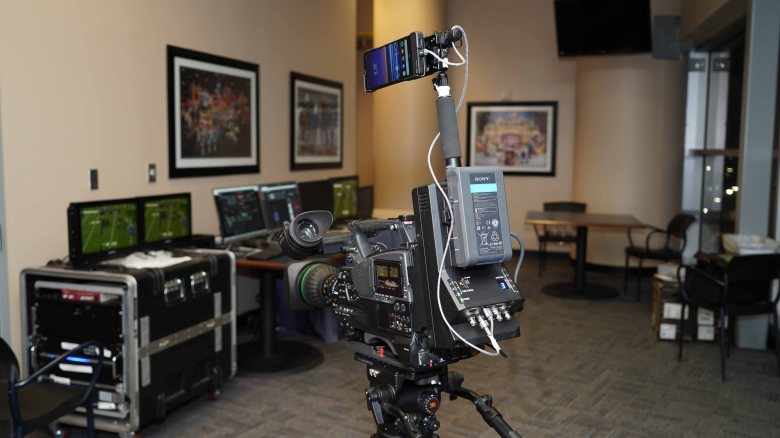 圖說二、PXW-Z450 肩上型攝錄一體機,搭配Xperia 5G手機以及Sony的影像訊號發射器(工程測試版).jpg